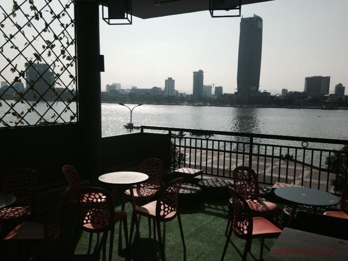 Sân thượng thoáng đãng nơi bạn có thể phóng tầm mắt toàn cảnh sông Hàn