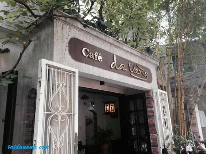 Cafe Da Vàng đã được sửa sang lại vài năm trước nằm trên con đường nhỏ Trần Bình Trọng nhưng không khi nào ngơi khách