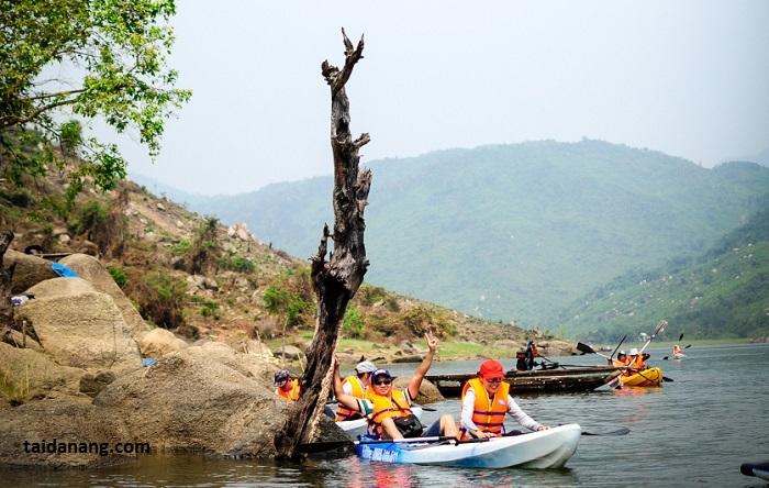 Hoạt động chèo thuyền Kayak phổ biến nhiều ở các bạn trẻ