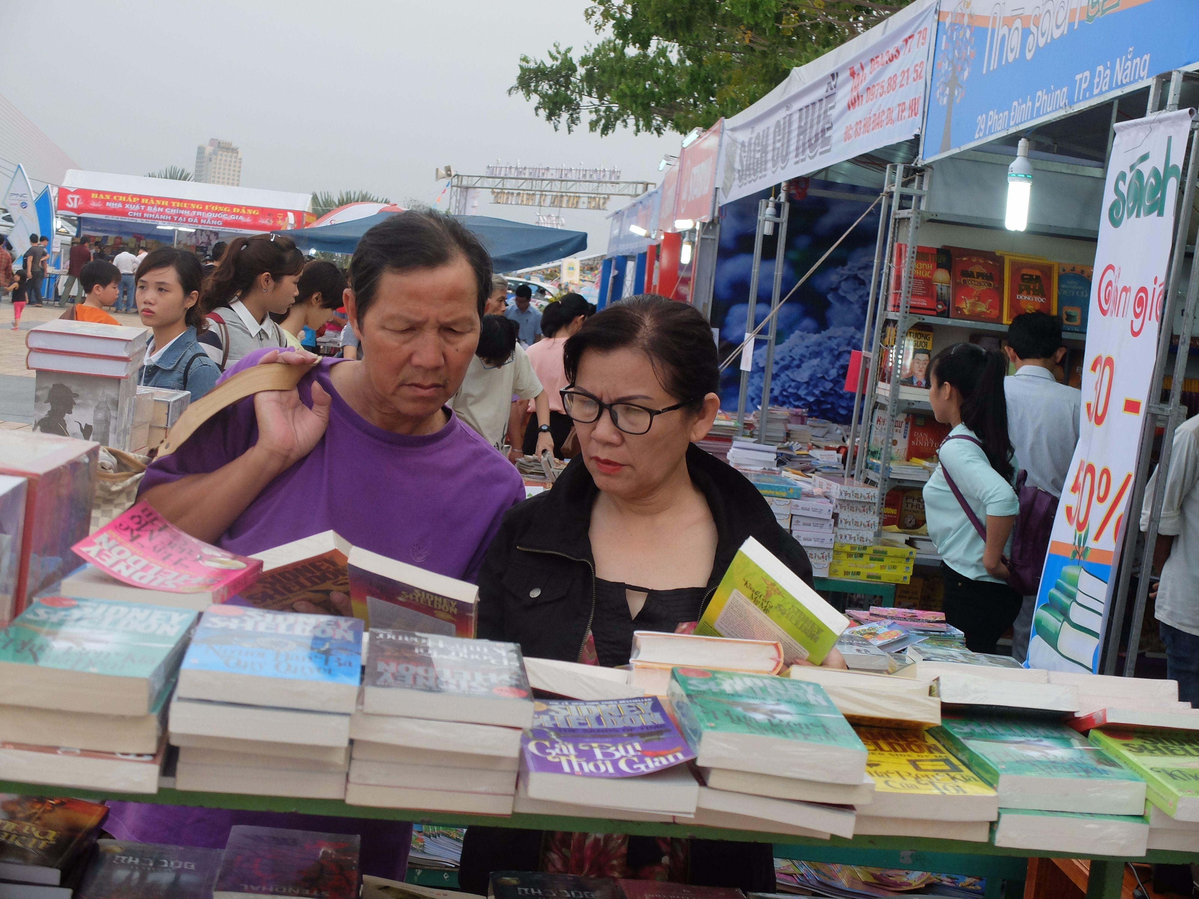 Phụ huynh chăm chú chọn sách