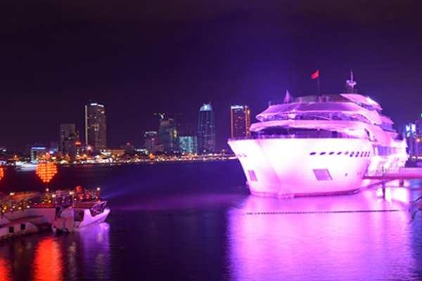 Du thuyền hạnh phúc tại cầu khóa tình yêu