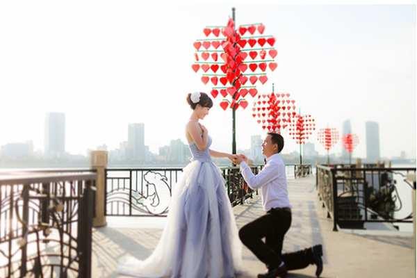Cảnh chụp hình cưới như đang ở tại Châu Âu trên Cầu khóa tình yêu Đà Nẵng nổi tiếng